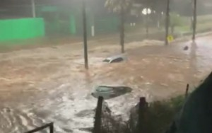 Enxurrada encobre e arrasta carros, invade casas e deixas famílias desalojadas em Rio Verde; vídeos